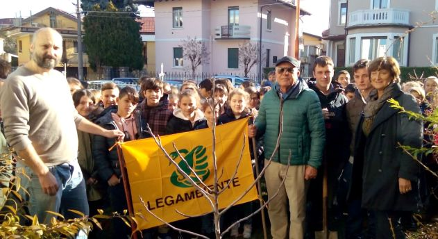 festa-dellalbero-arona-la-prof-gabriella-rech-dirigente-scolastico-con-luca-bertolino-e-luigi-bellodi